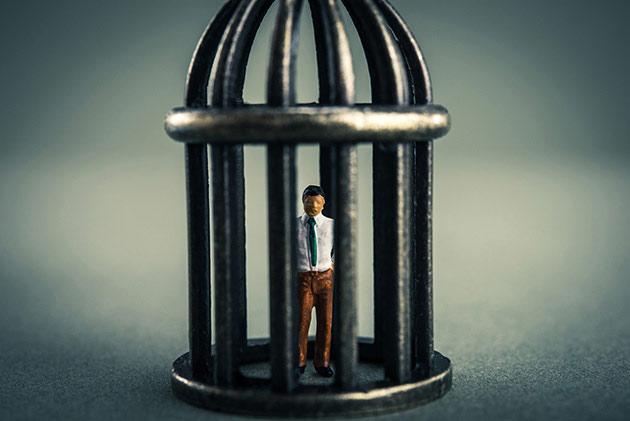 刑事告発されたらどうなる?逮捕・起訴など流れを解説